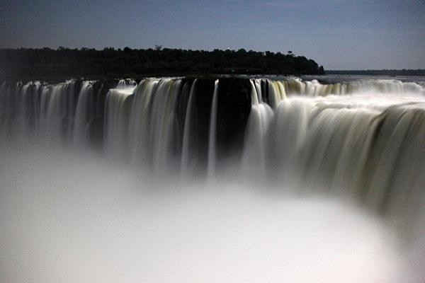 dsicovering Iguazu falls tour
