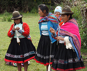 Peruvian women along Lare Trek route